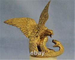 AIGLE Attaquant un Serpent Sculpture en Bronze Doré Epoque Empire XIXème Siècle