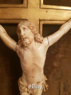 Ancien crucifix époque XIX ème s, cadre doré