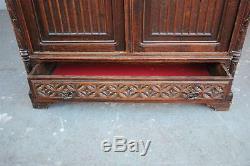 Armoire en chêne d'époque XIXème style gothique
