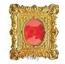 Beau cadre en laiton doré à décor repoussé d'époque fin XIX ème vers 1880/1900