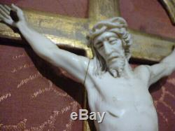 CRUCIFIX CHRIST SCULPTÉ SUR CADRE ÉPOQUE XIXème