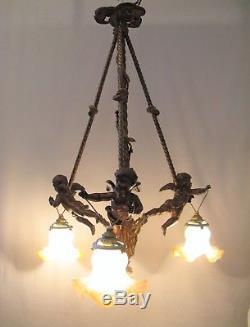 Lustre aux angelots trois lumières bronze et métal époque XIX ème siècle