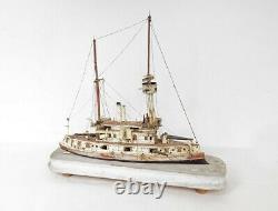 Maquette de bateau destroyer en bois et os art populaire époque XIXème