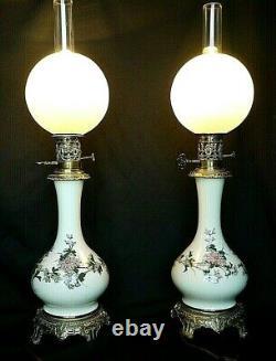 Paire de lampes à pétrole porcelaine époque XIXème siècle
