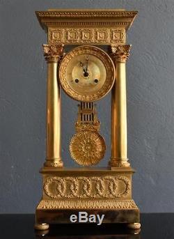 Pendule architecturale en bronze doré époque Restauration XIXème