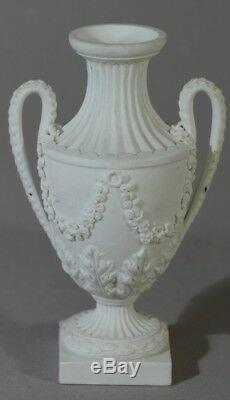 Petit Vase à l'Antique En Biscuit De Porcelaine De Sèvres, époque XIX ème