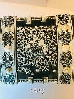 Petit coffret indo-portugais à riche décor gravé de personnages, époque XIX ème