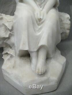 Sculpture en albâtre époque XIX ème siècle petite fille sur un tronc d'arbre