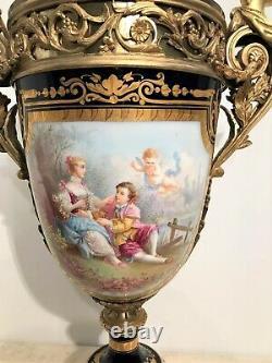 Très grand vase en porcelaine de Sèvres et bronze doré époque XIXème siècle