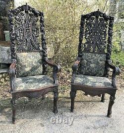 Très grande paire de fauteuils avec blason médiéval époque XIXème siècle